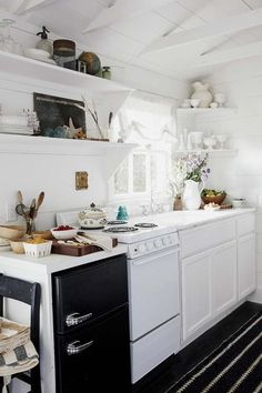 Kitchens are essential part of any home, small kitchen are usually more efficient work spaces than large ones. Takes smart planning to create a kitchen storage organization. We've put together some small kitchen design and decorating ideas that tackle t Tiny House Movement, Small Space Living, Small Spaces, Tiny Living, Living Rooms, Classic Kitchen, Vintage Kitchen, Best Tiny House, Micro House