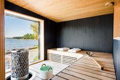 Tummat sormipaneelit antavat saunalle tyylikkään ja modernin ilmeen. Saunasta voi ihailla kaunista merimaisemaa.
