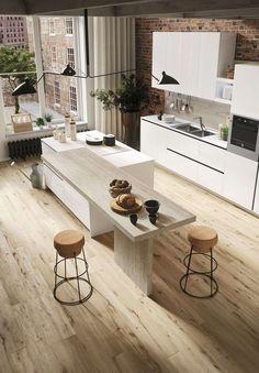 Weiße Einbauküche mit Theke aus Holz