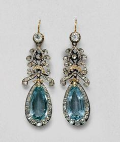 Aquamarine earrings belonging to Queen Louise with diamonds and diamond rosettes./ Pendientes que pertenecían a la reina Louise con diamantes y rosetones de diamantes.