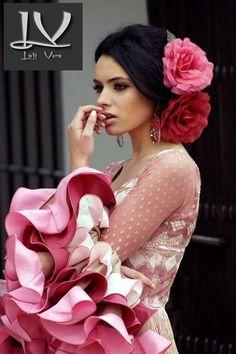 Resultado de imagem para flamenco hairstyles for women Spanish Dress, Spanish Dancer, Spanish Woman, Spanish Hairstyles, Mexican Hairstyles, Mexican Fashion, Spanish Fashion, Flamenco Wedding, Floral Headdress