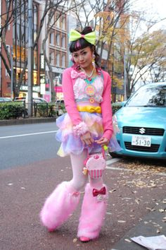 Japanese street fashion: basically let a 5 year old pick out everything they like at a Salvation Army and put it on. Japanese Streets, Japanese Street Fashion, Tokyo Fashion, Harajuku Fashion, Kawaii Fashion, Lolita Fashion, Cute Fashion, Harajuku Style, Fashion Styles