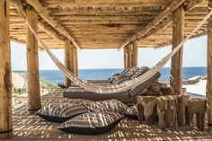 Mediterrane Terrasse mit Kalkstein und Naturholz hergerichtet