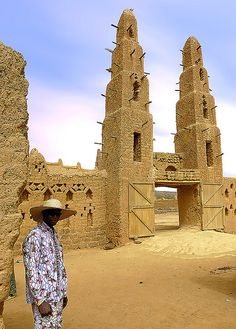 This is Burkina.Burkina is in Africa. Vernacular Architecture, Ancient Architecture, Art And Architecture, African Culture, African History, Places Around The World, Around The Worlds, Uganda, African House