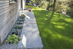 Betongplattingene fungerer veldig fint både foran og bak huset.