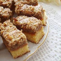 Un desert fin, usor de preparat este delicioasa Prajitura cu nuci si gem de caise. Aroma caiselor impreuna cu nucile alcatuiesc un dulce savuros. Ingrediente Prajitura cu nuci si gem de caise: Blat: 160 grame unt 100 grame zahar 5 galbenusuri Coaja rasa si zeama de la o lamaie 200 Czech Desserts, Romanian Desserts, No Cook Desserts, Sweets Recipes, Cake Recipes, Sweet Cooking, Fun Cooking, Cake Cookies, Sweet Treats