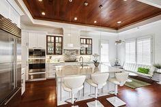 Fabuleuse cuisine de bois laqué blanc pur dans un décor chaud et accueillant. L'insertion de portes vitrées en bois foncé vient accentuer le caractère unique de cette pièce. Le comptoir de quartz de couleur sobre contribue au raffinement de cette splendide cuisine.
