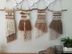 A Dor able Design Weaving Art, Textile Jewelry, Weaving Techniques, Wall Design, Wall Art Decor, Lana, Diy And Crafts, Bedroom Decor, Tapestry