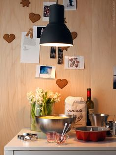BLANDA BLANK serveringsskål och DRÖMMAR kakform, IDEALISK mjölsikt. Hyacinter i CYLINDER vas, HEKTAR taklampa.