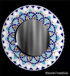 Très beau miroir en mosaïque en émaux de Briare - Fait main Matière : émaux de Briare et pâte de verre doré - support en bois - Dimension : 30,5 x 2 cm dépaisseur - glace 18 cm Couleur : bleu foncé,bleu turquoise,blanc,doré Poids : 1,153 kg Pièce unique Mode de transport colissimo