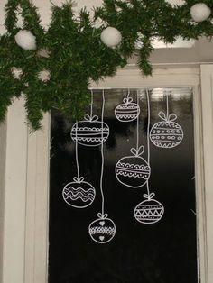 Une idée déco vite faite et originale : Dessinez au Posca (feutre gouache) sur vos fenêtres! Inventez ou scotchez votre motif sur l'envers de la vitre et dessinez. N'hésitez pas, ça part avec un coup d'éponge!