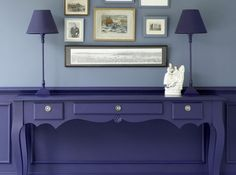 Le bleu cobalt profond, en soubassement sur les murs, est surmonté d'un bleu denim plus tendre. La console et les lampes sont traitées en ton-sur-ton avec le soubassement pour un effet camouflage.