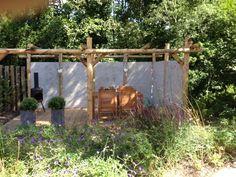 Douglas vlonder met maatwerk muur en een pergola van kastanjepalen. Getaway Cabins, Pergola Designs, Simple Colors, Planter Boxes, Wall Spaces, Mosaic Glass, Lanterns, Color Schemes, Garden Design