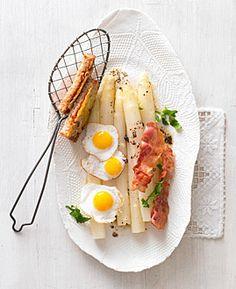Spargel mit Wachtelspiegelei und Bacon