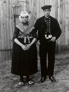 Bruidspaar Jan Zwiers en Hendrikje Tuin. De foto is gemaakt ten huize van de bruid of de bruidegom tijdens de zgn. 'vrouwluu-brulfte', gehouden in de 14 dagen tussen ondertrouw en huwelijk. Dit echtpaar trouwde op 20 mei 1944. #Overijssel #Staphorst