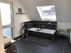 Guten Morgen, ihr Lieben! Heute ist Tag 5 und somit sind wir heute Abend wieder vollzählig! Ich hoffe der Herzmann hat ein bisschen Wärme eingepackt. ❄️ 😬 Startet gut in den Tag - das Wochenende ist nah! 💪🏻  #bathroom  #bathroomdesign  #bathroomdecor  #badezimmer  #interiør  #interior123  #interior4all  #whiteinterior  #moderndesign  #interiorinspo  #interiordesign  #homedecor  #germaninteriorbloggers  #bienzenker