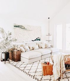 White sitting room with knotted wall hanging and beni ourain rug Weißes Wohnzimmer mit geknotetem Wandbehang und Beni Ourain Teppich Home Trends, Home Decor Inspiration, Home Living Room, Room Design, Interior, Home, Boho Living Room, White Sitting Room, Home And Living