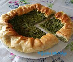 La torta salata agli spinaci con pasta sfoglia può essere un delicato fine antipasto, una torta da asporto, un piatto unico, con delizioso philadelphia