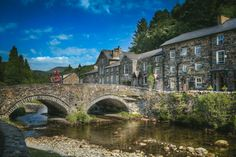 Beddgelert Wales/brug over de rivier Colwyn Places In England, Castles In England, World Most Beautiful Place, Beautiful Places, Amazing Places, Western Coast, Holiday Places, Beautiful Castles, Famous Places