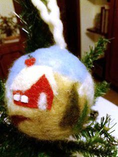 A   ME   PIACE    COSI': PALLINA CON LANA CARDATA All Things Christmas, Christmas Bulbs, Christmas Crafts, Christmas Ideas, Wool Needle Felting, Felt Gifts, Felt Art, Wool Felt, Knitting