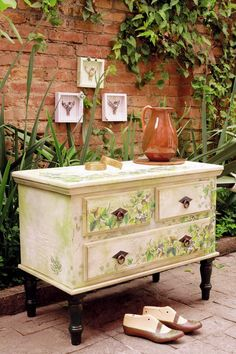 The decoupage was one of the techniques used by the artist to stamp Hélvio Mendonça foliage by rustic wooden dresser.How to.