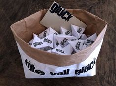 Noch auf der Suche nach einer tollen Geldgeschenk Idee zur Hochzeit? Wie wäre es mit einer Tüte voll Glück inkl. Freebie, Zitatvorschlägen und Gewinnspiel?