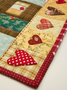 sweet applique heart quilt border LOVE THIS! can use scraps and patchwork and applique Quilting Tutorials, Quilting Projects, Quilting Designs, Sewing Projects, Small Quilts, Mini Quilts, Quilt Boarders, Quilt Binding, Applique Quilts