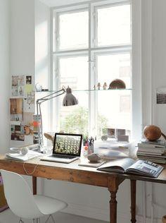 Escritório junto à janela do quarto