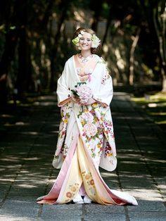 uchikake-style kimono Source by askaalaska Traditioneller Kimono, Moda Kimono, Style Kimono, Furisode Kimono, Yukata, Japanese Wedding Kimono, Japanese Kimono, Traditional Kimono, Traditional Dresses