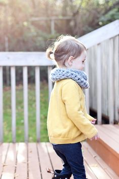 Free pattern for this super simple, fast, crocheted toddler scarf!