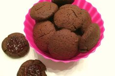 Samen met de kinderen koekjes bakken is leuk! Kijk hier voor het recept van chocolade speltkoekjes zonder geraffineerde suiker.