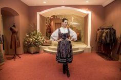 """Lena Hoschek eröffnete nach Standorten in Wien und Graz Ende 2020 auch einenFlagship Store in Kitzbühel. Mit nostalgischem Flair, liebevollen Details und ganz viel Handwerkskunst fügt sich die Boutique wunderbar in die Geschäftspassage des traditionsreichen Hauses """"Altes Gericht"""" ein. Ribbon Skirts, Small Studio, Piece Of Clothing, Traditional Outfits, Sari, Artisan, Design, Dress, Collection"""