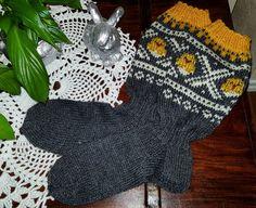 Påskemarius  strikka sokker  Knitted socks Knitting Socks, Fingerless Gloves, Arm Warmers, Dame, Hobbies, Socks, Tricot, Knit Socks, Fingerless Mitts