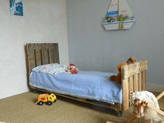 europaletten bett  möbel kinderzimmer zusammengezimmertes bett Euro Pallets, Wood Pallets, Pallet Wood, Pallet Beds, Diy Pallet Furniture, Wooden House Decoration, Pallet Projects, Toddler Bed, Bar