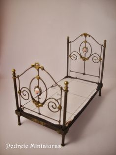 How to: Miniature fancy metal bed frame. This is for miniatures, and not solid enough for BJDs, but it's still pretty inspirational. Dollhouse Dolls, Victorian Dollhouse, Dollhouse Miniatures, Miniature Houses, Miniature Dolls, Miniature Furniture, Dollhouse Furniture, Minis, Dollhouse Tutorials