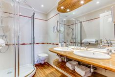 Chambre quadruple vue sur mer  :  Un grand lit (ou 2 lits sur demande) et 2 fauteuils ou 1 canapé 2 places qui se déplient.