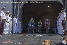 Asi comenzo la 3ª etapa, los ciclistas saliendo desde dentro del portaaviones mas grande de Europa. En cabeza con el maillot verde Nacer Bouhanni al lado de Alberto Contador. — en Cádiz