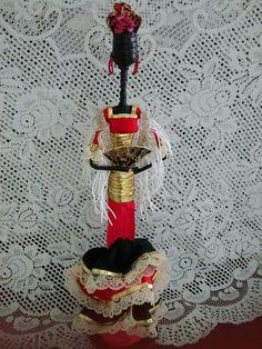 Muñeca elaborada con papel periódico y con traje de Flamenca