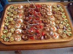 La meilleure recette d'Apéritif de Noël! L'essayer, c'est l'adopter! 5.0/5 (8 votes), 12 Commentaires. Ingrédients: 8 verrines poivron grillé-petits lardons, 20 mini-tartelettes aux asperges vertes et lardons, 20 toasts de pain d'épices et foie gras, 16 blinis au saumon fumé, 20 mini-tartelettes au crabe, 10 petits saucissons secs, des tomates cerise