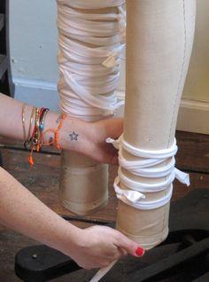 Pin for Later: Schnell, günstig & einfach: Dieses Last-Minute Mumienkostüm rettet Halloween  Danach ist das zweite Bein und die Arme dran.