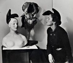Le chapeau-soulier porté par Gala est dessiné par Dali et réalisé par la Maison Schiaparelli.