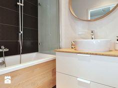 białe meble w małej łazience z wanną