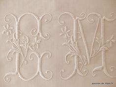 LINGE ANCIEN/ Superbe monogramme ancien EM brodé main sur toile de lin fin pour couture