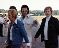 Elvis Presley and some of the Memphis Mafia. A George Vreeland Hill pin. Rock And Roll Songs, Memphis Mafia, Elvis Collectors, Suspicious Minds, Kings Man, Elvis Presley Photos, King Baby, Latest Albums, Sweet Memories