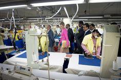 DHAKA - Mobiel bankieren, waarbij ook het salaris op een op de telefoon oproepbare rekening wordt overgemaakt, is in Bangladesh in opmars. Dat leerde koningin Máxima dinsdagmorgen bij een bezoek aan de Viyellatex kledingfabriek aan de rand van Dhaka. Die betaalt de 16.000 werknemers niet meer contant, maar via een 'telefonische' overschrijving. (Lees verder…)