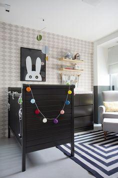 A ideia era levar um pouco da atmosfera cool do apê para dentro do quarto do bebê. MARCELLA BACELLAR e RENATA LEMOS ousaram na cor: preto.