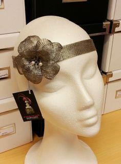 He realizado por encargo esta cinta confeccionada con malla metálica color plata a juego con el color del cinturón que la lucirá la hermosa niña que os mostraré una vez pase el gran día.