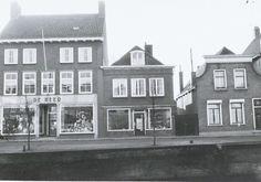 Zuidhaven 67 de manufakturenhandel van De Heer, 69 de schoenenzaak van P. Fens en 71 het woonhuis van Joh. van der Put die bakker was in de Molenstraat