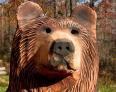 Tallados de motosierra con doble osos marcos de cedro o pino. Actualmente la madera de cedro es escasa y marca les puede tallar de pino blanco. Tienen un estilo rústico mientras sigue mostrando una personalidad única. Yo había apodado este oso tamaño y estilo el doble puesto que son el tamaño siguiente para arriba para los osos de Rusty. Este listado está para una 24 a 28 de alto estilo rústico oso pardo con un natural acabado incendiaron y pintado acentos. No hay ninguna mancha o sellador…