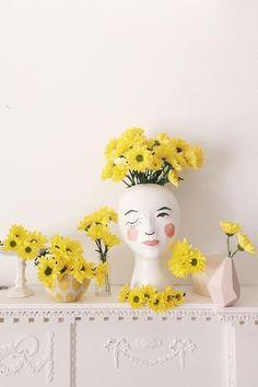ウインクした女性らしい表情が印象的なフラワーベース。花のある時もない時も、こんなフラワーベースならクリエイティブをとことん楽しめます。